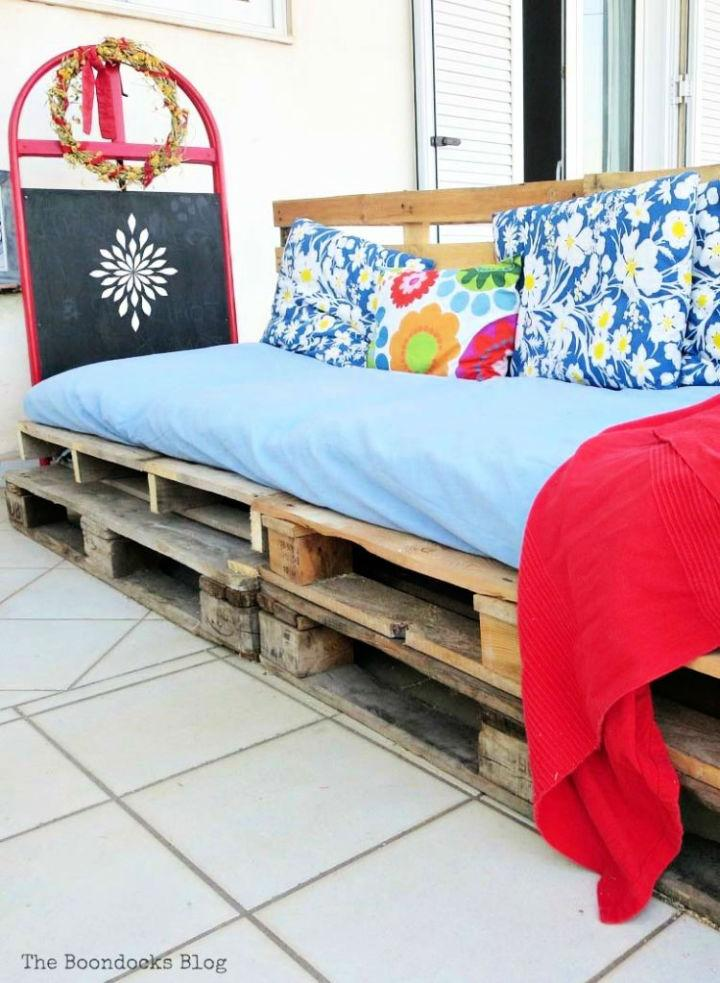 Super Easy DIY Pallet Couch